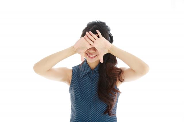 目を両手で覆う女性の写真